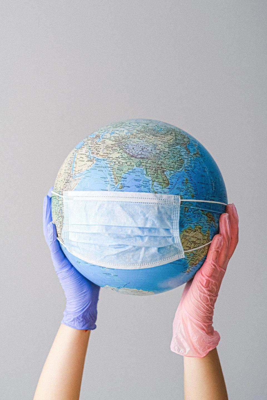 Globe terrestre avec masque